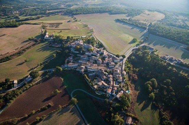 découvrir la provence avec le village de murs vu du ciel
